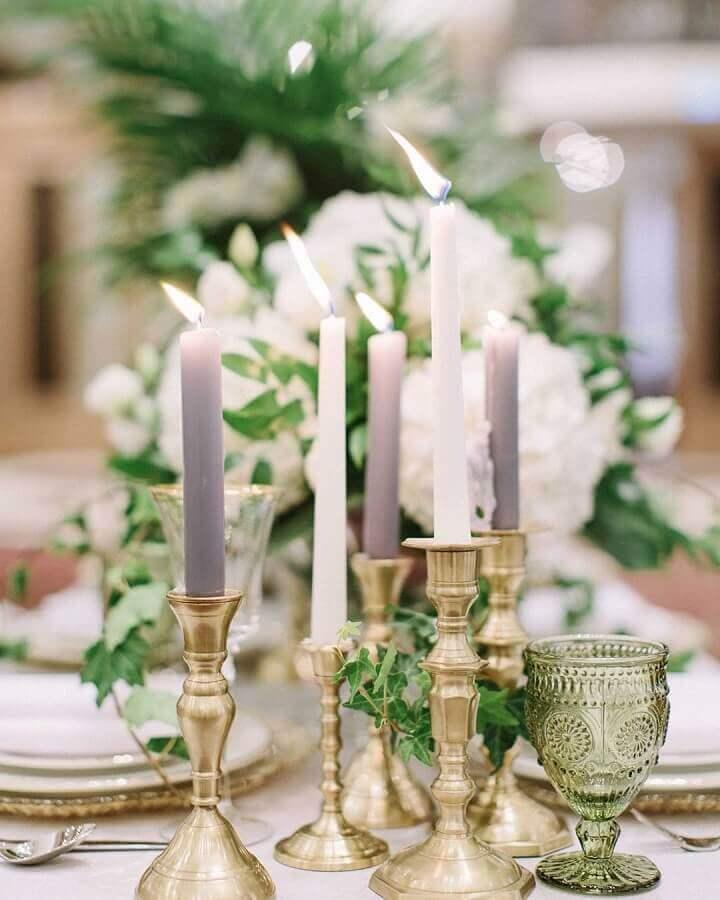 enfeite de mesa para casamento fácil de fazer com velas e castiçais dourados Foto Assetproject