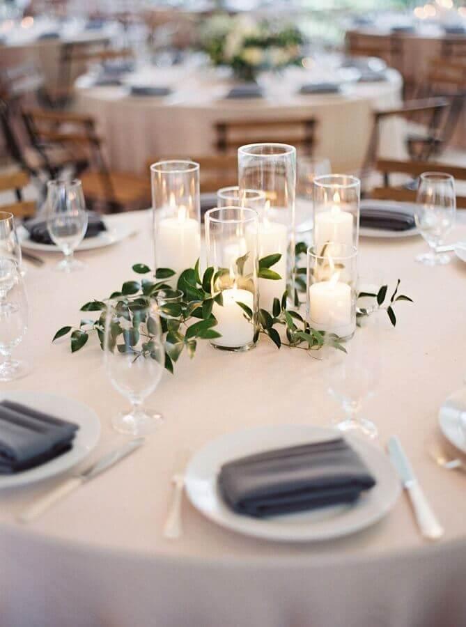 enfeite de mesa para casamento fácil de fazer com velas e ramos de folhas Foto VittnerPartner