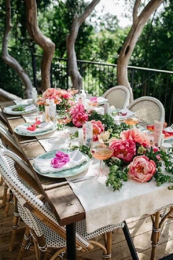 enfeite de mesa para casamento rústico com arranjo de flores e folhagens Foto Loris Decoration