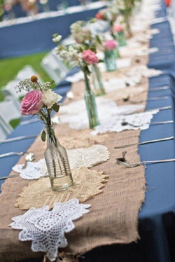 enfeite de mesa para casamento rústico com garrafas de vidro como vasinhos de flores Foto Archzine