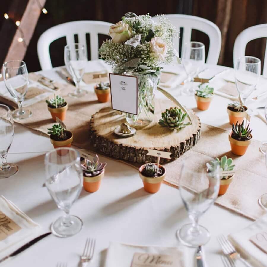 enfeite de mesa para casamento rústico com tábua de madeira e vasinhos de suculentas Foto iCasei
