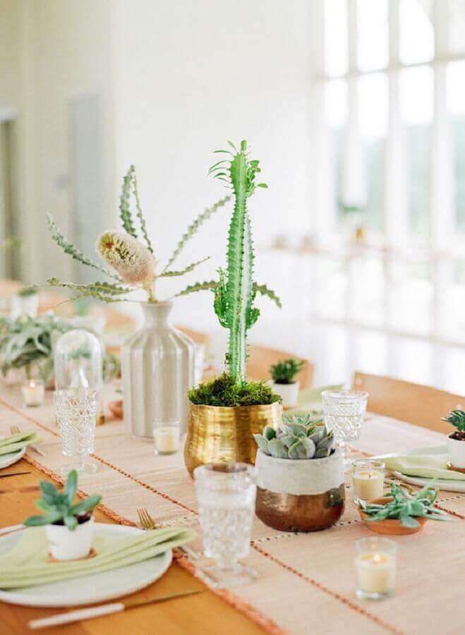 enfeite de mesa para casamento rústico com vasos de suculentas Foto Pinterest
