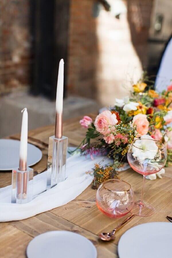 enfeite de mesa para casamento simples com arranjo de flores Foto 100 Layer Cake