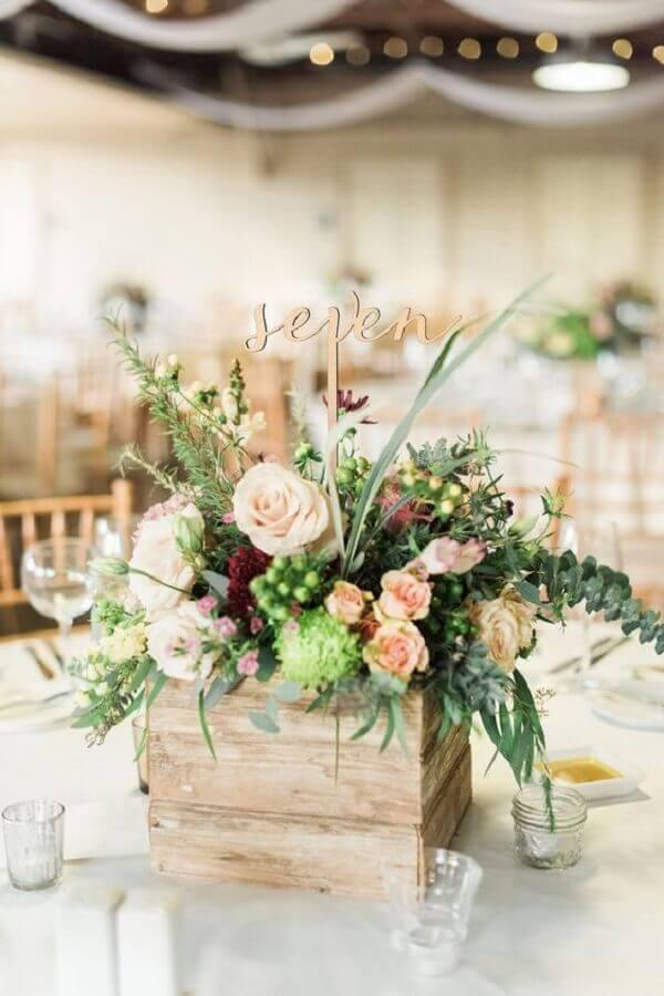 enfeite de mesa para casamento simples com arranjo de flores dentro de caixote de madeira Foto Etsy