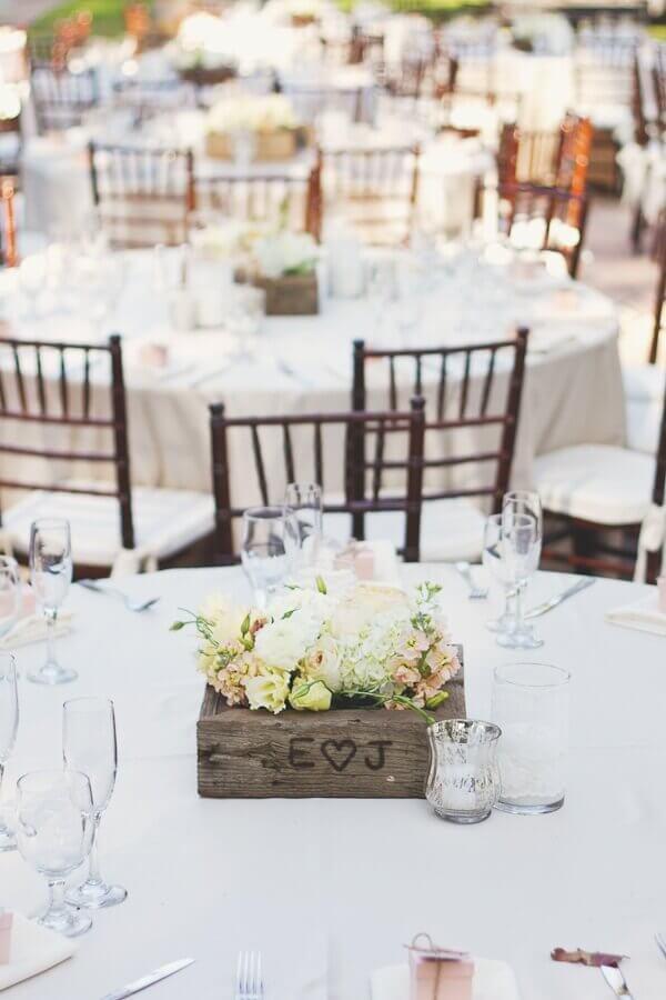 enfeite de mesa para casamento simples com caixinhas de madeira personalizadas Foto Elizabeth Anne Designs