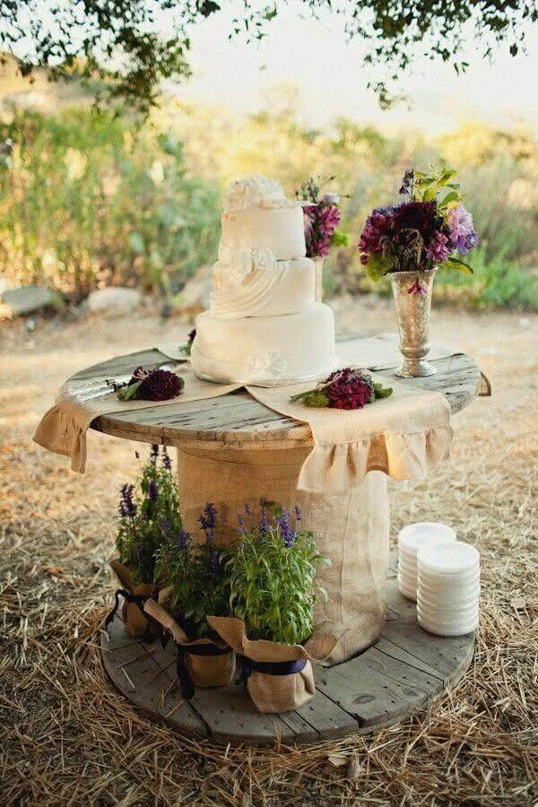 enfeite de mesa para casamento simples com mesa rústica e arranjo de flores Foto My Amazing Things
