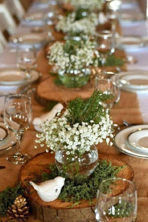 enfeite de mesa para casamento simples com tabua de madeira como suporte para pequeno vasinho de vidro Foto Blog de Boda