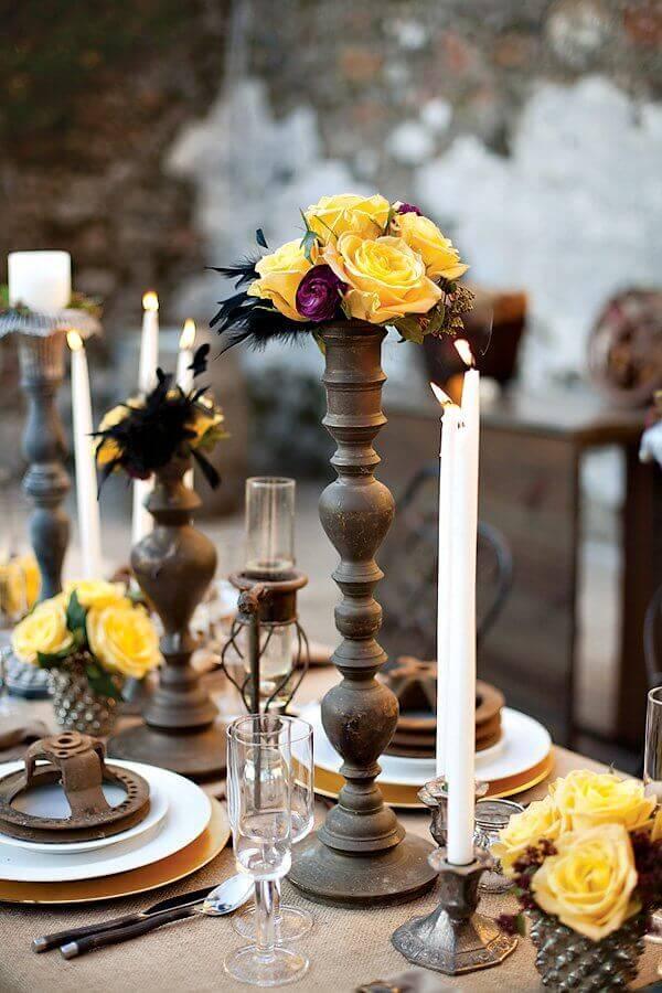 enfeite de mesa para casamento simples com velas e flores amarelas Foto Apropos Creations