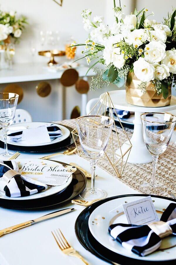 enfeite de mesa para casamento sofisticado com rosas brancas e detalhes em dourado Foto Weddbook