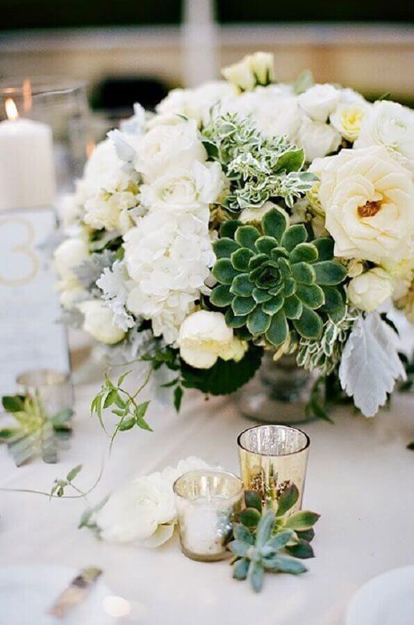 enfeites de casamento para mesa de convidados com arranjo de flores brancas e suculentas Foto Assetproject