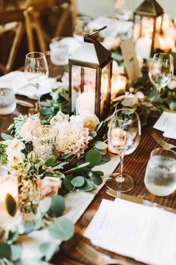 enfeites de casamento para mesa de convidados com flores e lanternas com velas Foto Architectural Home Styles