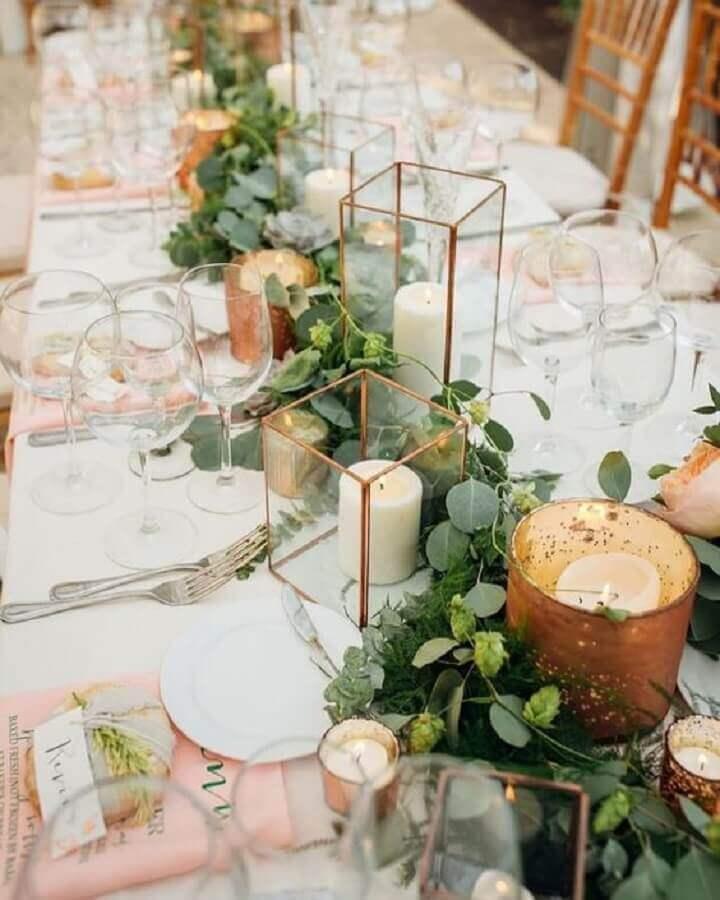 enfeites de casamento para mesa de convidados com folhagens e velas dentro de potes de vidro com detalhe dourado Foto Wedding Fashion