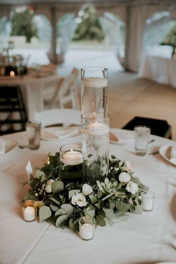 enfeites de casamento para mesa de convidados com folhas e velas Foto Wedding Ideas