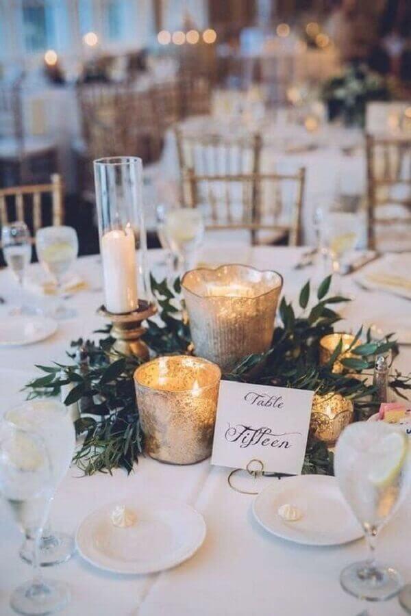 enfeites de casamento para mesa de convidados com velas e ramos de folhas Foto Party Decoration Ideas