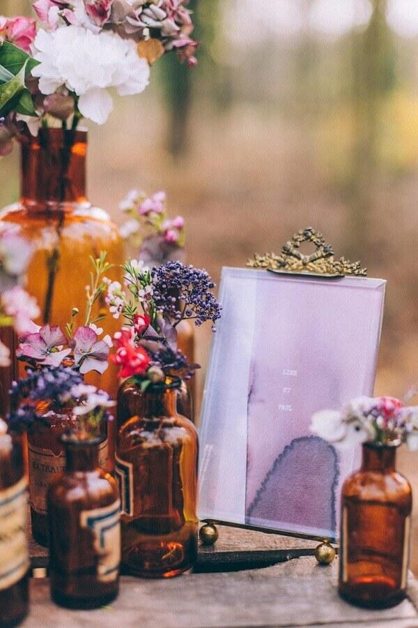 enfeites de mesa para casamento com garrafas de vidro Foto Rock My Wedding