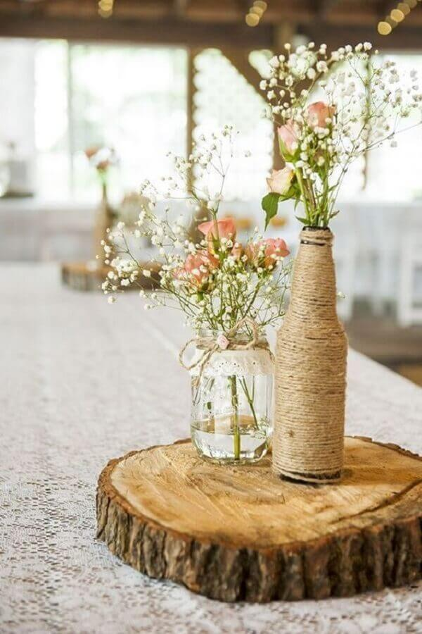 enfeites de mesa para casamento com garrafas de vidro barbante e tábua de madeira Foto Possible Decor
