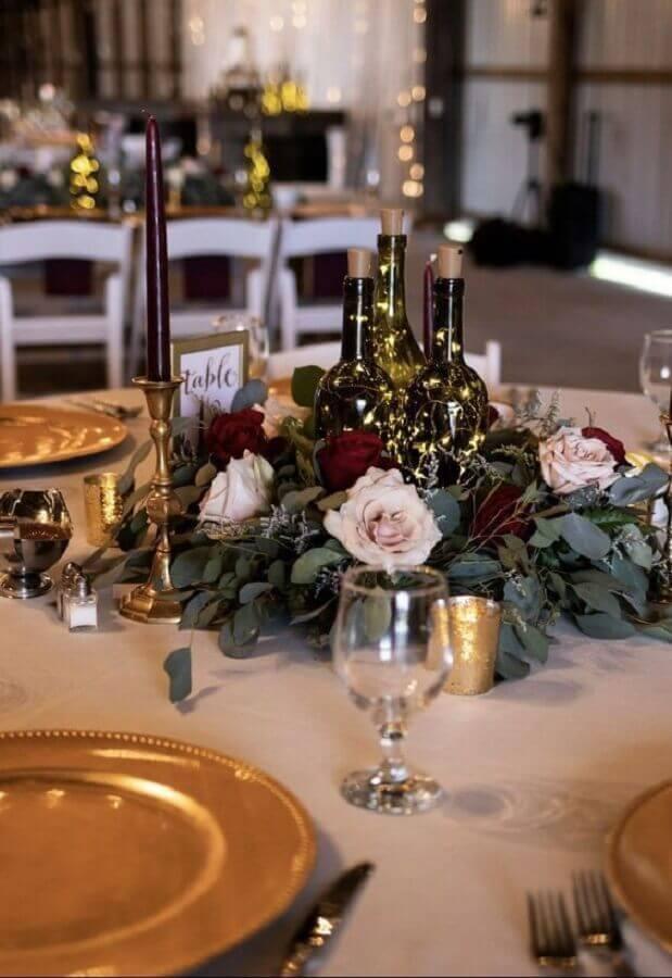 enfeites de mesa para casamento com garrafas de vidro decoradas com pisca pisca e rosas Foto Pinterest