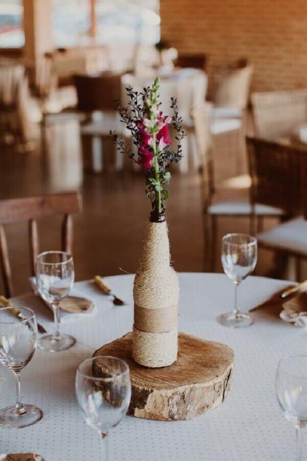 enfeites de mesa para casamento com garrafas de vidro e barbante Foto Guia Noiva Online
