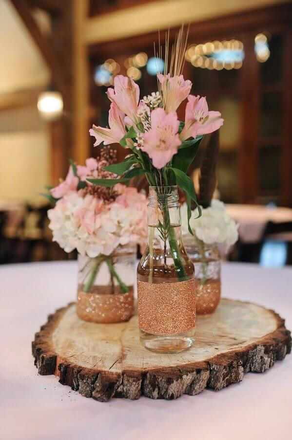 enfeites de mesa para casamento com garrafas de vidro e tabua rústica de madeira Foto Pinterest