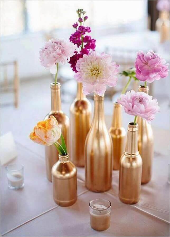 enfeites de mesa para casamento com garrafas de vidro pintadas de dourada Foto Casa e Festa