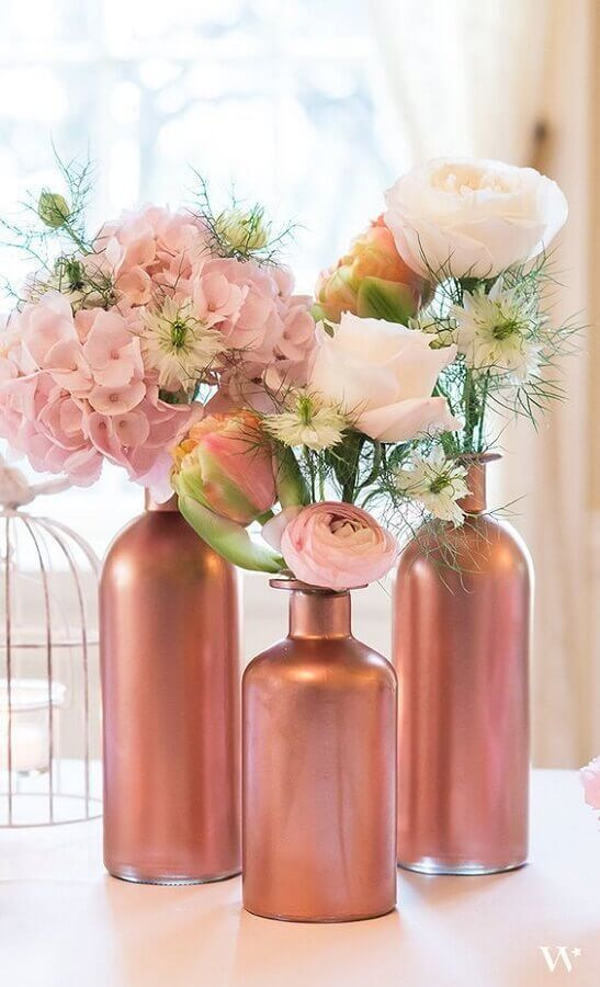 enfeites de mesa para casamento com garrafas de vidro pintadas de rose gold Foto Pinterest