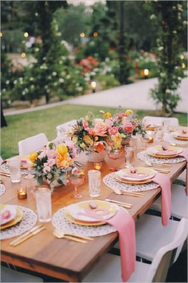 enfeites para mesa de casamento com arranjo de flores Foto Pinosy