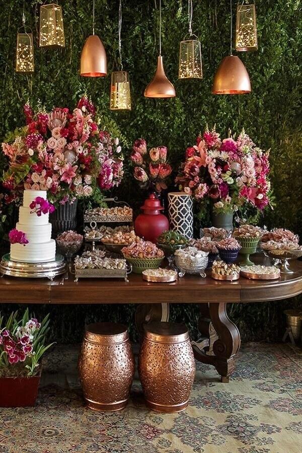 enfeites para mesa de casamento com bolo 4 andares e rosas Foto Pinterest