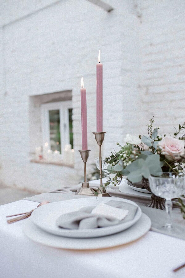 enfeites para mesa de casamento com velas e flores Foto Rock My Wedding