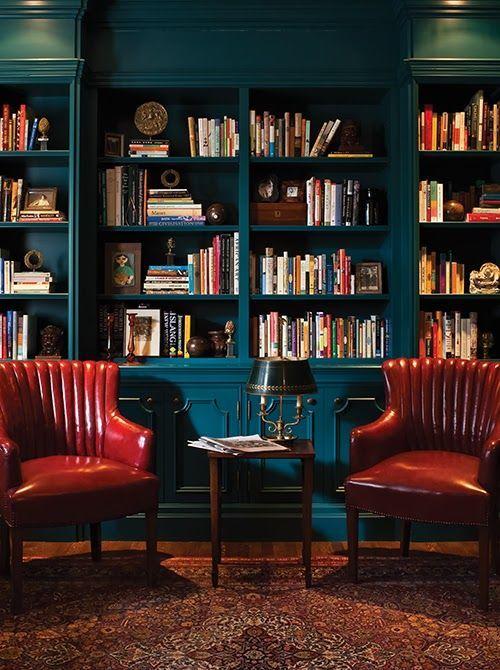 estante - estante em marcenaria azul e poltronas vermelhas