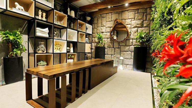 estante - estante metálica e vazada com nichos de madeira