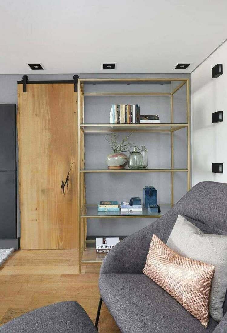 estante - porta de trilho e estante metálica dourada média