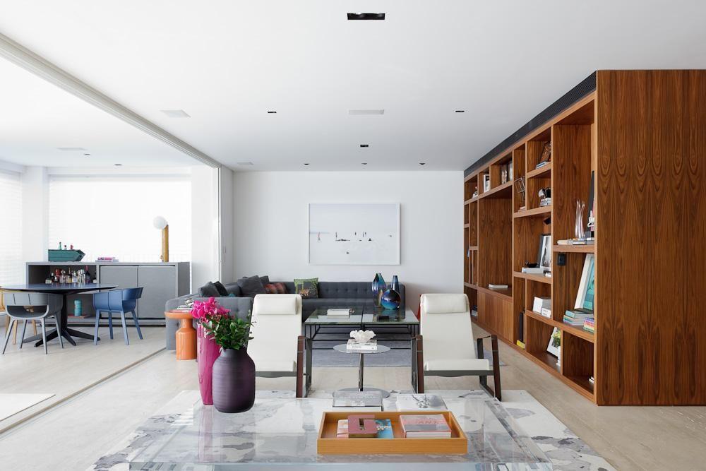 estante - sala de estar ampla com estante de madeira e sofá
