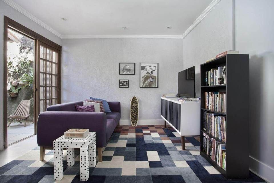 estante - sala de estar com tapete colorido e estante preta