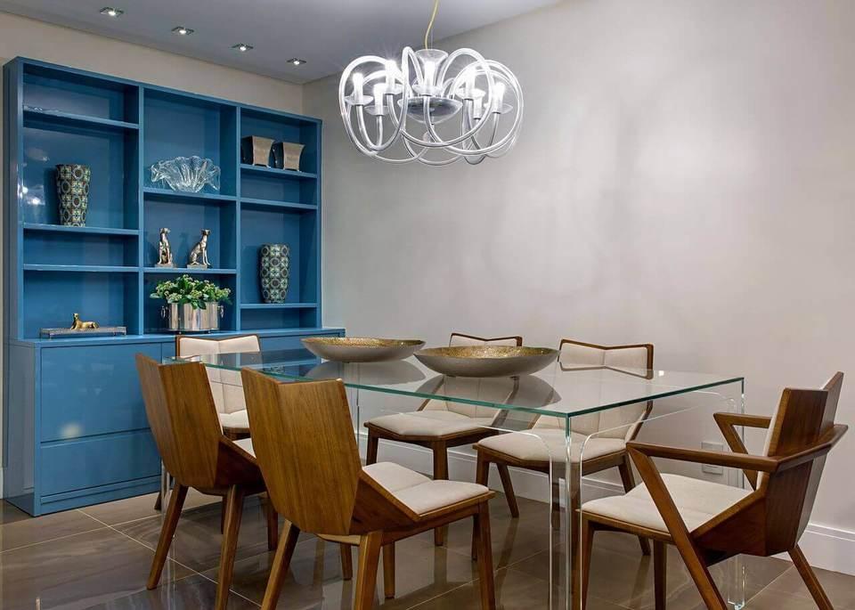 estante - sala de jantar com mesa de vidro e estante azul