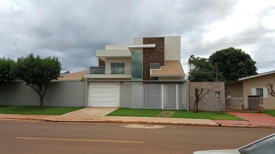 fachada de casa sobrado com pedra ferro Foto Pinosy