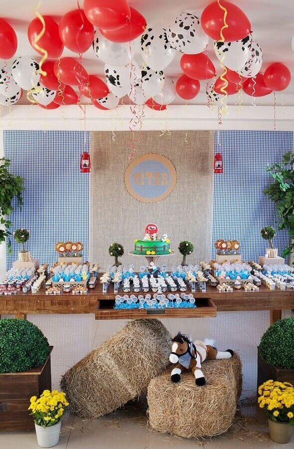 festa da fazendinha decorada com palha e bexigas Foto Webcomunica
