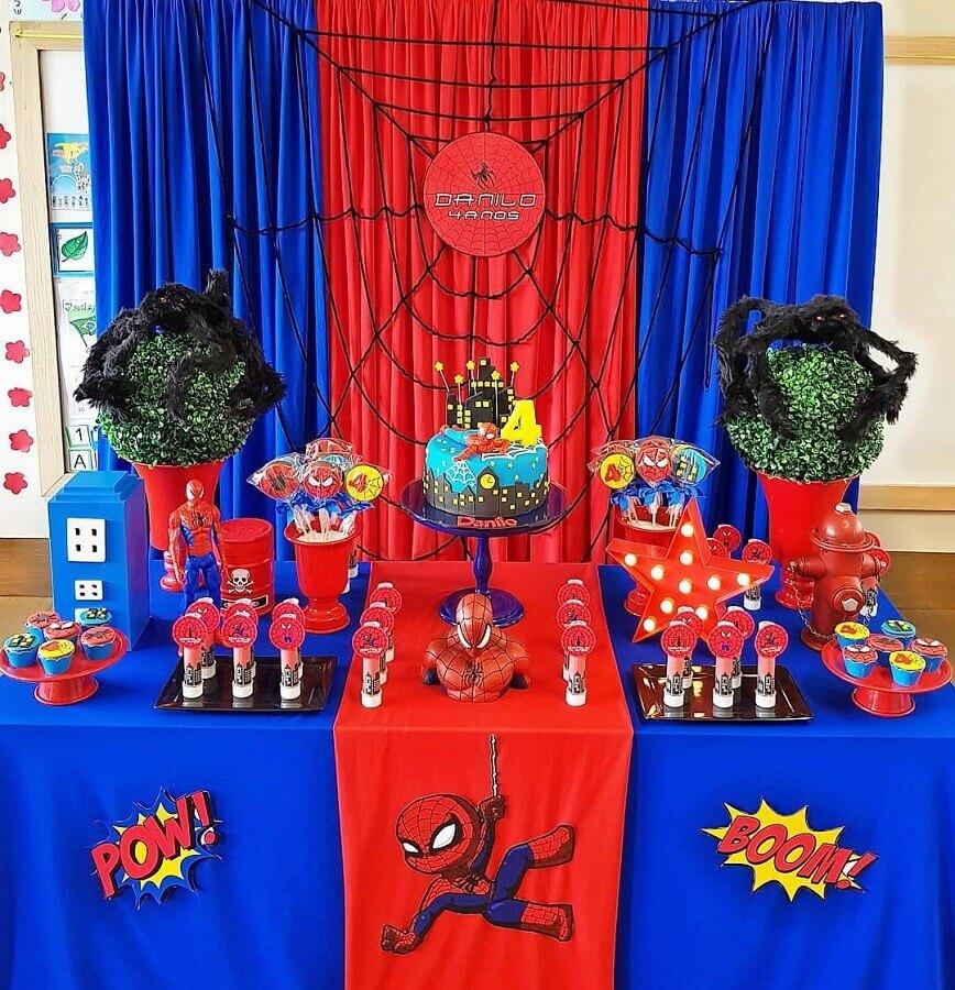 festa de aniversário do homem aranha decorada com toalha vermelha e azul Foto School Party Salvador