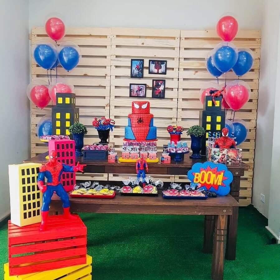 festa do homem aranha barata e simples decorada com painel de pallets Foto Lilian Lisboa