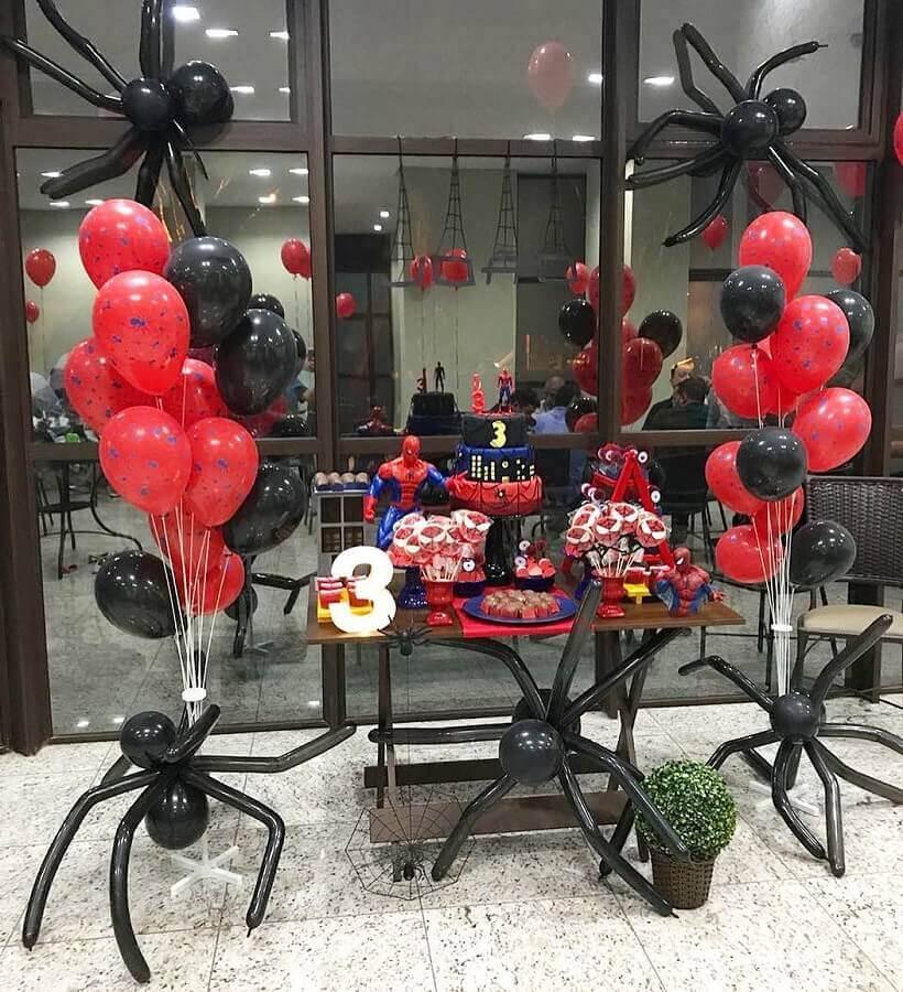 festa do homem aranha simples com aranhas de bexiga Foto Pusilli Eventos