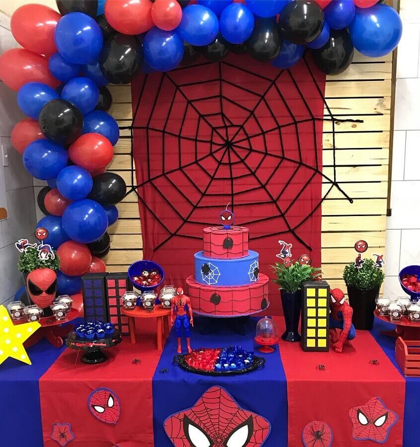 festa do homem aranha simples decorada com balões e bolo fake Foto Duo
