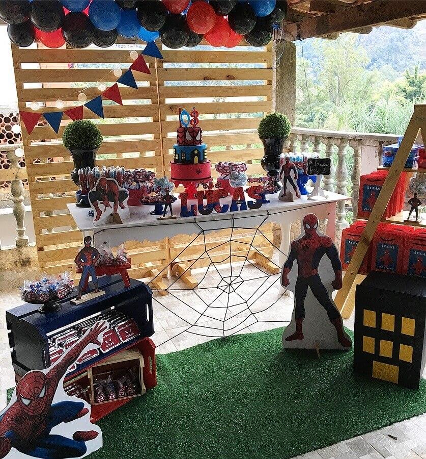 festa do homem aranha simples decorada com caixotes de madeira Foto Marabella Festas