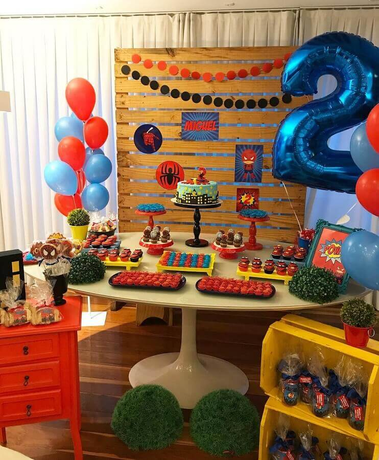 festa do homem aranha simples decorada com painel de pallets e caixote de madeira Foto Personalité