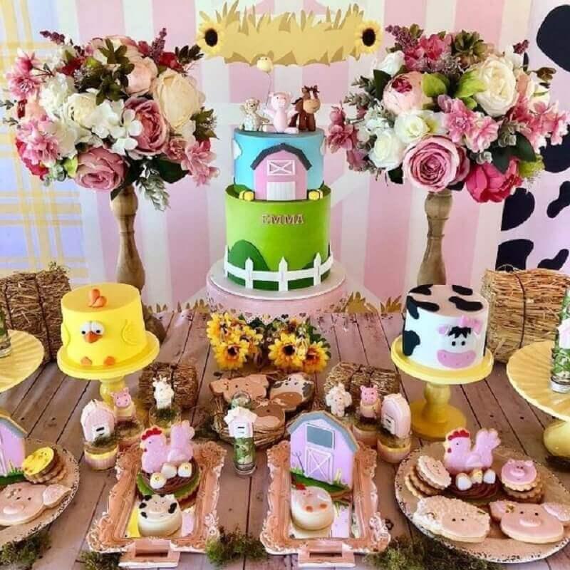 festa fazendinha rosa decorada com arranjo de flores e bolos diferentes Foto Convites e Artes Digitais