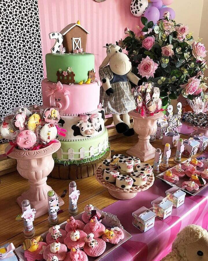 pink farmhouse party pink decorated with 4 story cake and rose arrangement Photo Jéssica Artes Ateliê
