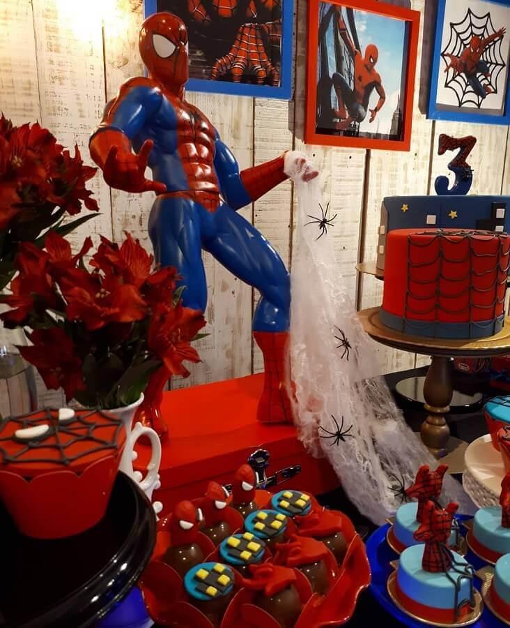 festa infantil do homem aranha decorada com boneco grande Foto Monique Abreu