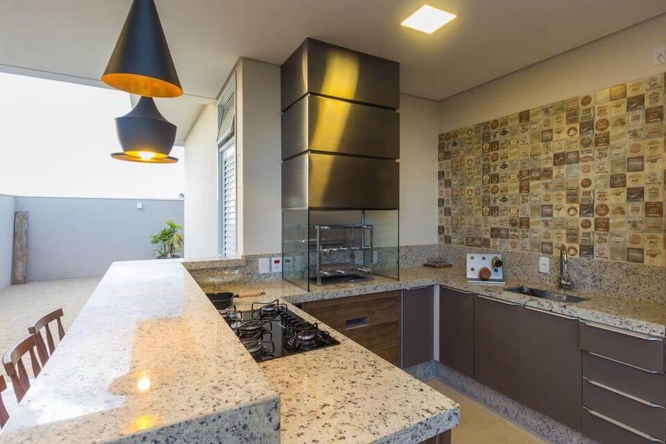 fogão cooktop - área gourmet com azulejos decorativos e cooktop