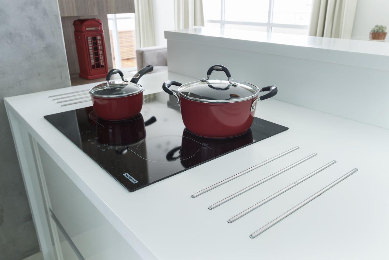 fogão cooktop - cooktop elétrico preto e bancada de quartzo branco
