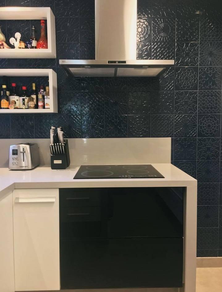 fogão cooktop - cooktop elétrico preto e bancada de silestone