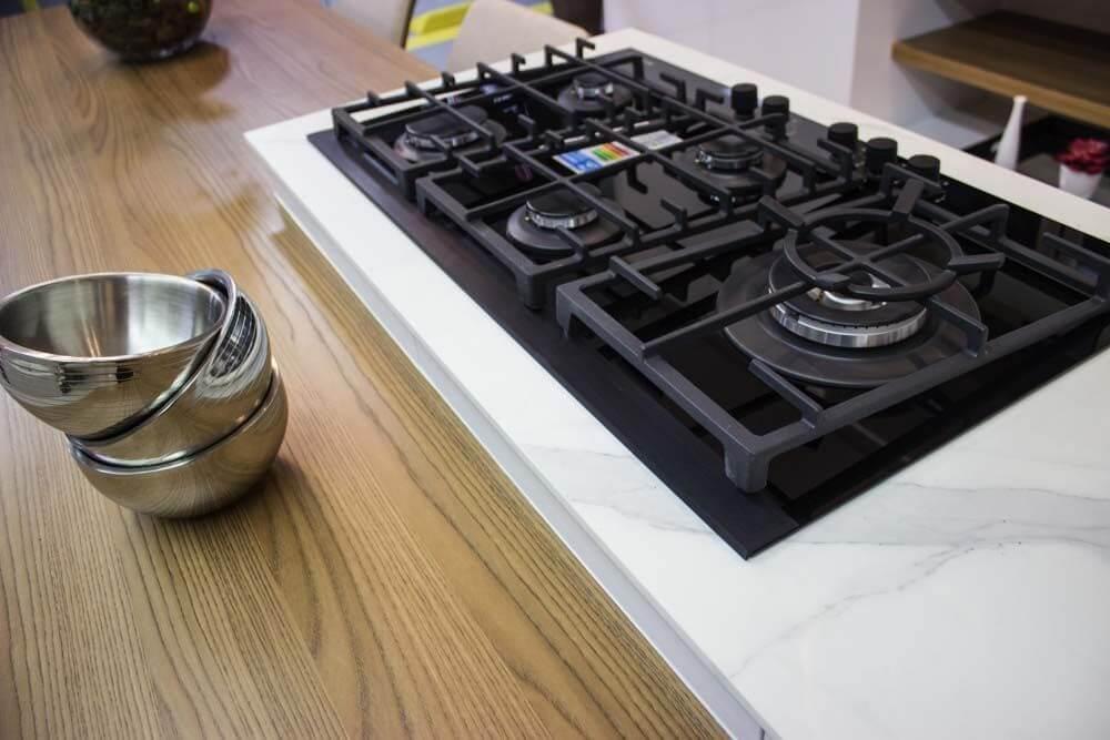 fogão cooktop - cooktop preto no mármore branco