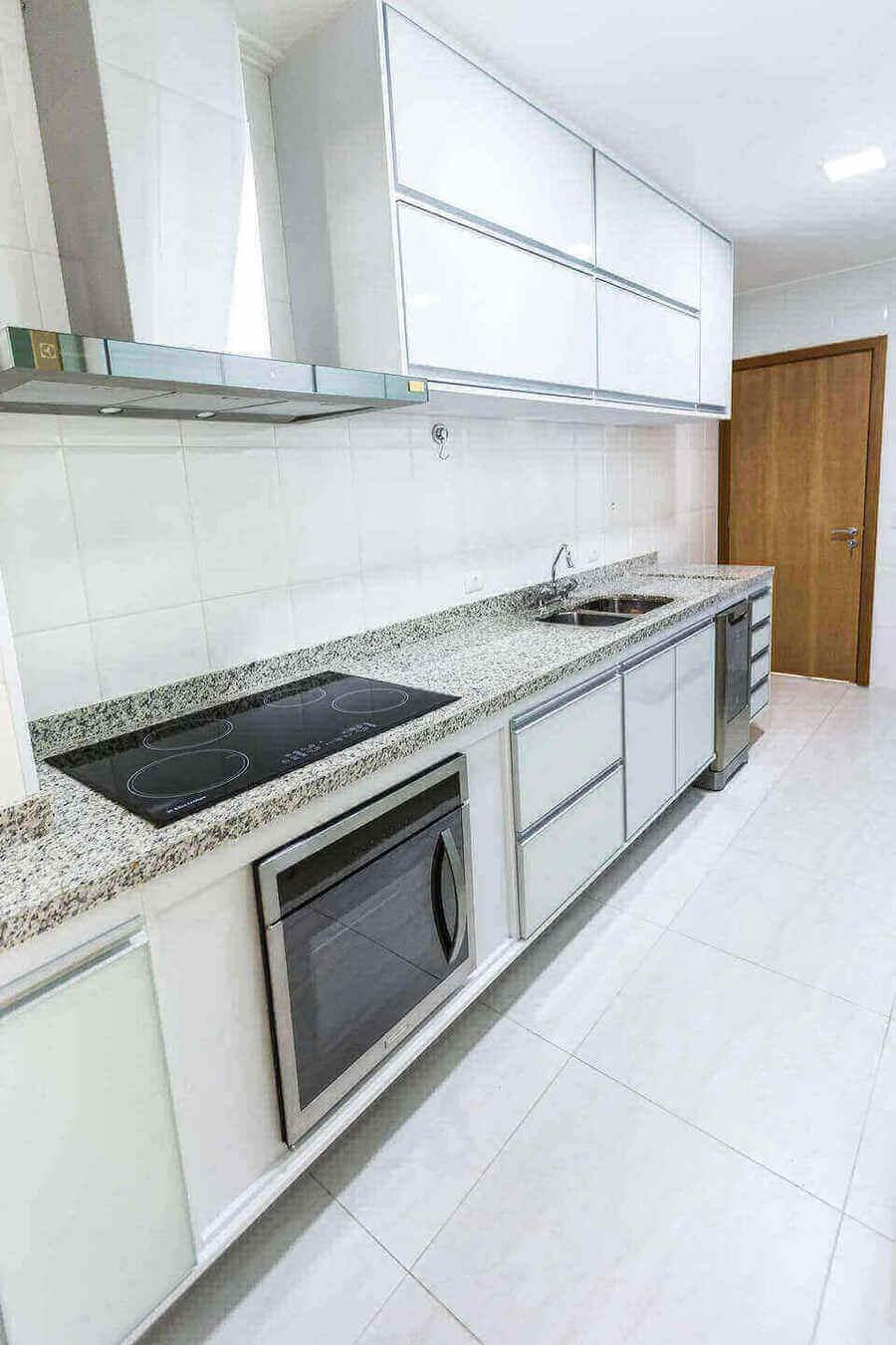 fogão cooktop - cozinha branca com bancada de granito e cooktop